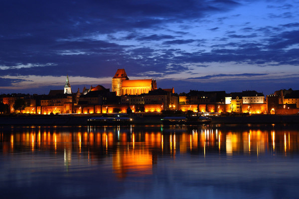 1200px-Toruń_-_Old_Town_by_night_01
